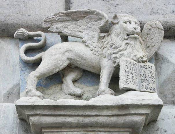 Velencei szárnyas oroszlán a főtér egyik épületén