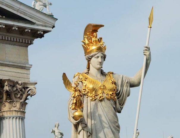 Pallas Athéné szobra a parlament előtt