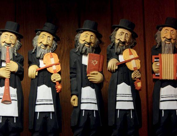 Zsidó faszobrok a Posztócsarnokban