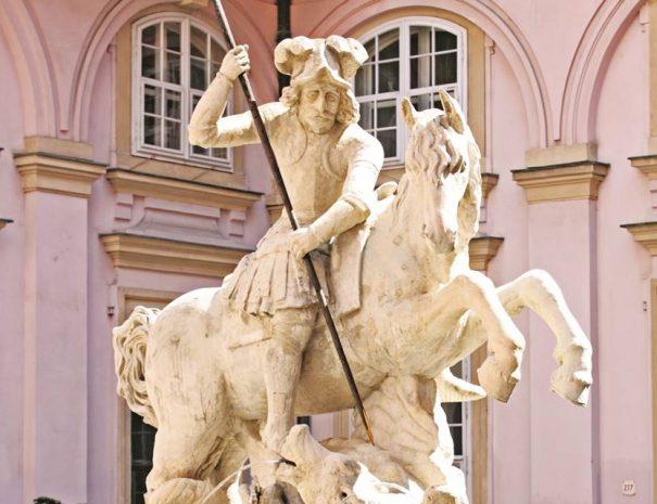 Szent György-szobor a Prímási Palota udvarán